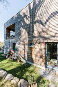 Einfamilienhausbau, Gartenseite, Holzfassade, Terasse, Balkon,